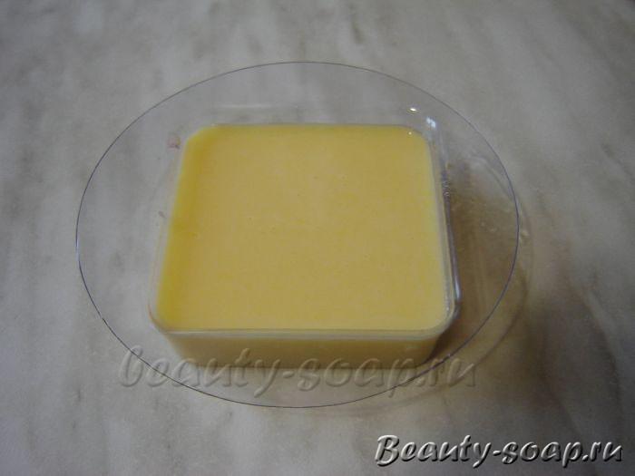 На фото: Медовое мыло с вощиной